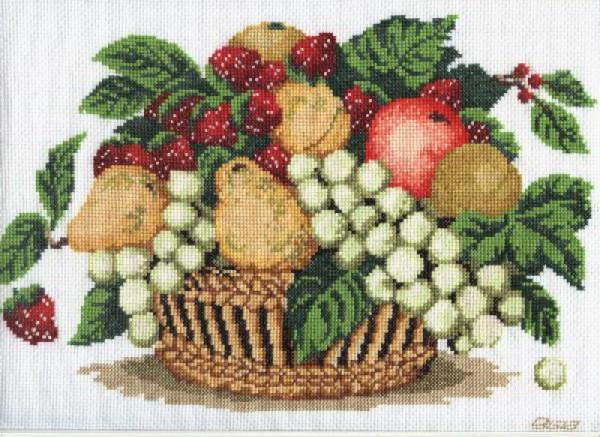 Корзина с ягодами и фруктами,
