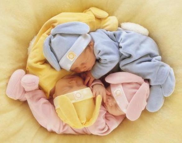 Три сладко спящих малыша,