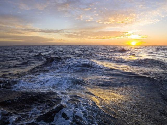 Восход солнца над океаном,
