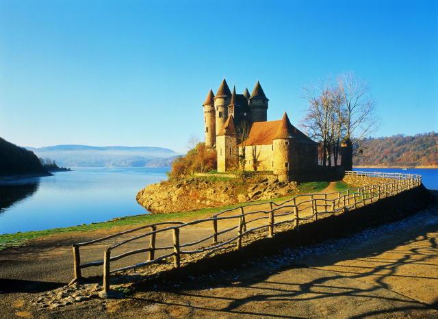 Замок на берегу озера,