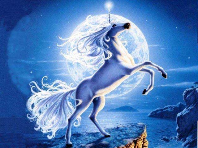 Единорог на фоне луны,