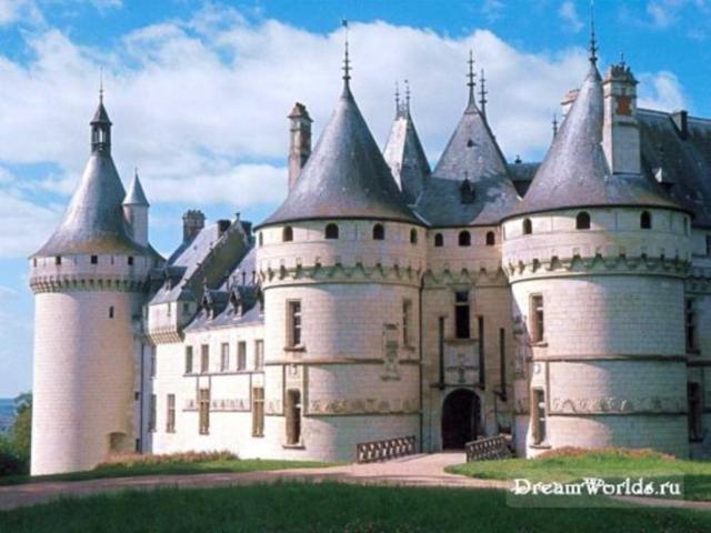 Замок с куполами, дома