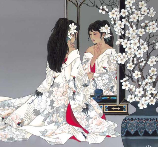 Японская девушка у зеркала,