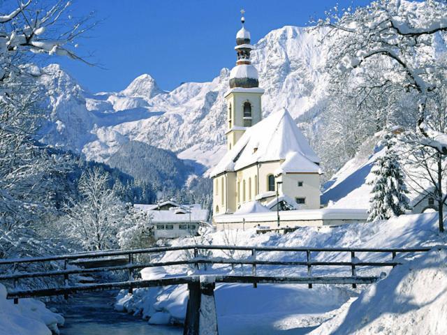 Белая церковь в горах, пейзаж,