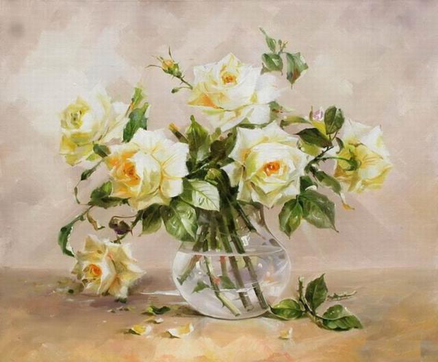 Белые розы в прозрачной вазе,