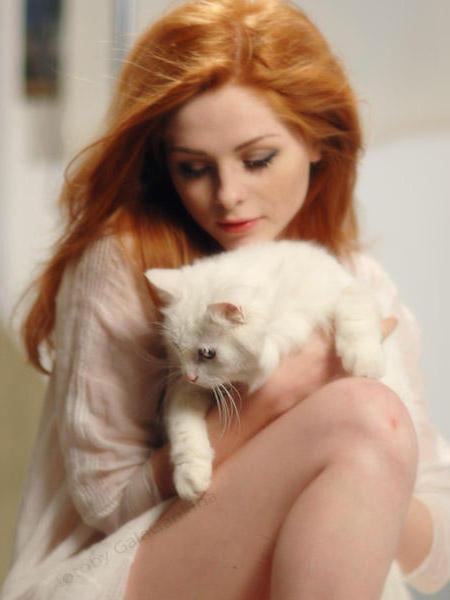Рыжая девушка с кошкой,