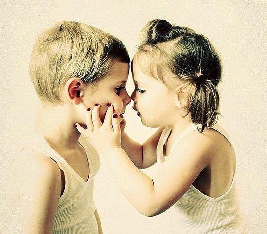 Мальчик и девочка закрылись в шкафу