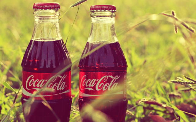 Две бутылки Кока-Колы в траве,