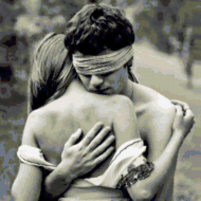 Парень обнял девушку